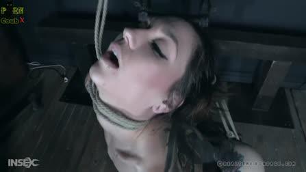 Девушка в длинных чулках получает оргазм от БСДМ в цепях и в клетке