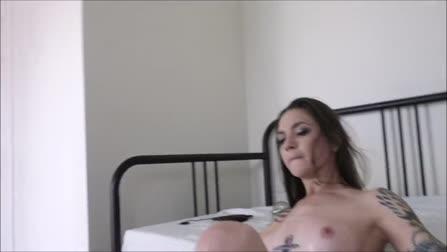 Девушка в противогазе  и с привязанными руками к кровати раздвинула ноги для траха